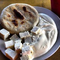 Arepa, queso y nata desayuno de Maracaibo - Venezuela