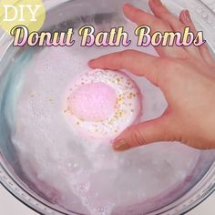 These DIY donut bath bombs look so real you'll be hungry when you use them soap videos for kids DIY Donut Bath Bombs Homemade Bath Bombs, Homemade Soap Recipes, Diy Lush Bath Bombs, Homemade Soap For Kids, Organic Bath Bombs, Cupcake Bath Bombs, Fizzy Bath Bombs, Natural Bath Bombs, Homemade Crafts