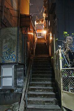 夜散歩のススメ2122「権之助坂商店街の脇階段」 Urban Aesthetic, City Aesthetic, Night Scenery, Anime Scenery, Seoul Skyline, Kowloon Walled City, Building Aesthetic, Scenery Background, Grafiti