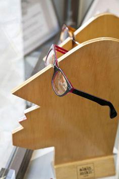 Creative and artistic eyeglass display Pop Display, Visual Display, Display Design, Store Design, Design Shop, Optic Shop, Glasses Shop, Retail Merchandising, Eyeglass Holder