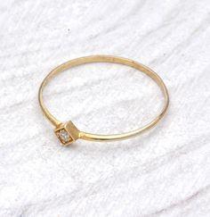 anillo minimalista con forma de rombo