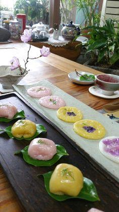진달래화전 만들기 옛날 진달래꽃이 피는 봄이되면 마을 사람들이 들로 나들이를 나가서 진달래꽃으로 전을... Korean Rice Cake, Asian Desserts, Rice Cakes, I Want To Eat, Spicy Recipes, Korean Food, Tea Time, Cake Decorating, Food Photography