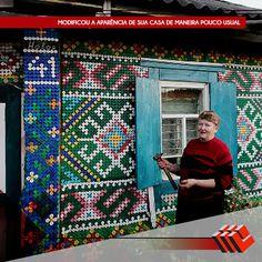 Uma senhora russa aposentada modificou a aparência de sua casa de maneira pouco usual. Após colecionar 30 mil tampinhas de plástico, ela criou mosaicos coloridos com as peças e deixou mais alegre sua casa.