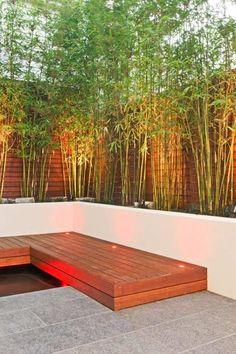 Mur en bois et végétation en bambou