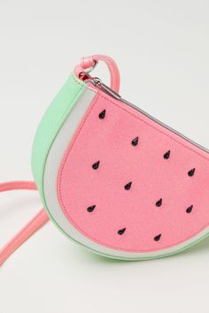 Shoulder bag in faux leather with a glittery finish. Mochila Floral, Watermelon Bag, Toddler Bag, Kids Purse, Diy Bags Purses, Coin Purses, Novelty Bags, Trendy Handbags, Kids Bags