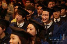 02.20.2014 || Cr: on pic Jang Keun-suk - Hanyang University graduation ceremony 140220