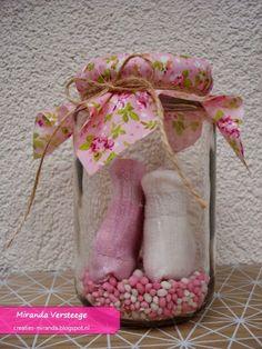 Miranda's Creaties - Kraamcadeautje: sokjes in een potje met roze/witte muisjes