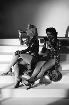 """Marilyn Monroe e Jane Russell - Fotos tiradas no set do filme """"Os Homens Preferem as Loiras""""."""