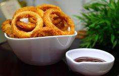 """Los aros de cebolla u """"onion rings"""" son uno de los mejores aperitivos que podemos pedir en restaurantes americanos. La verdad que poco a poco se van integrando en nuestra gastronomía aunque son una..."""