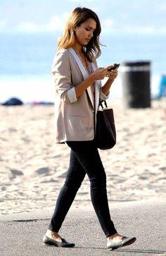 Что-то давно не было в блоге стильных мам, поэтому сегодня Джессика Альба. Ее фото мне попадаются довольно часто и я уже давно отметила, что даже в свободное от съемок и работы время она не просто натягивает безразмерная футболку, джинсы и солнечные очки, как это делает большинство звезд,…