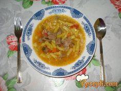 Recept za Žutu boraniju sa junetinom. Za spremanje ovog jela neophodno je pripremiti boraniju, junetinu, šargarepu, luk, paradajt, brašno, ulje, biber, alevu papriku, lovor, peršun.