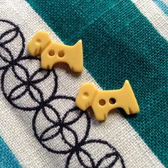 Vintage scottie dog buttons from onlygoodbuttons on Etsy. Brutalist Design, Scottie Dog, Vintage Pottery, Contemporary Jewellery, Vintage Yellow, Vintage Buttons, 1930s, Vintage Jewelry, Kids Rugs