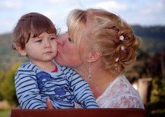 Mutter küsst Kind