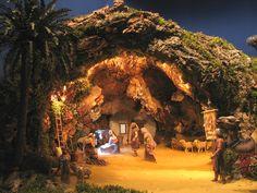 Christmas Cave, Christmas Crib Ideas, Christmas Nativity Scene, Nativity House, Nativity Stable, Nativity Sets, Village Miniature, Fontanini Nativity, Diy Garden Fountains