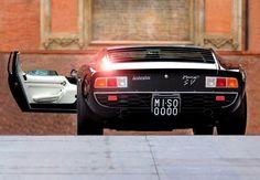 Lamborghini Miura. Jest to niezwykle znany i popularny samochód sportowy firmy Lamborghini, jaki został w latach 60. zaprojektowany przez Marcello Gandiniego. Zaprezentowany został światu w 1966 roku i od razu stał się obiektem pożądania wielu kolekcjonerów. Model P400 SV stanowił nową wersję pierwotnego samochodu, gdzie zaopatrzono ten pojazd w silnik V12, dający przyspieszenie do 100 w 6,7 s i prędkość maksymalną 290 km/h. #motoryzacja #auto #samochód ##Lamborghini