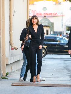 She looks so perfect. ❤️❤️❤️Dakota Johnson Leaving the Jimmy Kimmel Studio. Dakota Johnson Street Style, Dakota Johnson Hair, Dakota Style, Dakota Jhonson, Work Fashion, Daily Fashion, Fashion Outfits, Womens Fashion, She Looks So Perfect