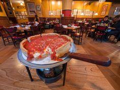 Pizza típica de Chicago, borde alto y grueso, como si fuera un pastel, en el restaurante Giordano's. / Jon Hic