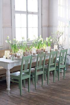 Fiori bianchi e sedie verdi per la tavola di #primavera