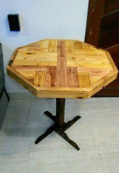 Mesa feita com aproveitamento de pallet palete e sobra de caibros de obra.