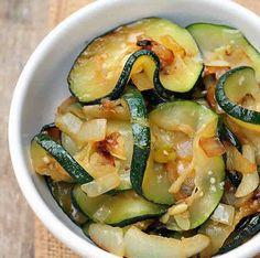 Courgettes à l'oignon au thermomix, un délicieux plat pour accompagner vos repas.facile à préparer, voila la recette des courgettes à l'oignon au thermomix