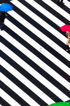 Mooie fotos van Yoshinori Mizutani op een Japans kruispunt.