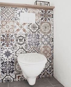 I love the idea of ​​random mosaic tiles as a backsplash in a bathroom .I love the idea of ​​random mosaic tiles as a backsplash in a bathroom area.Loving this tile and how it gives Bathroom Spa, Bathroom Toilets, Small Bathroom, Bathroom Ideas, Bathroom Mirrors, Mosaic Bathroom, Bathroom Fixtures, Grey Bathrooms, Bathroom Cabinets