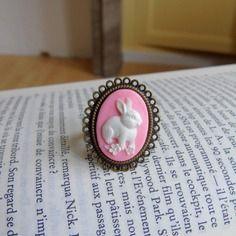 Bague cabochon avec camé lapin blanc sur fond rose