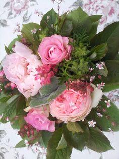 Buket med roser og pæoner