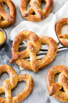 Homemade Soft Pretzels How to make the BEST Soft Pretzels at home! This is a great and carefully explained soft pretzel recipe anyone can make at home! via Sugar Spun Run Amish Pretzel Recipe, Pretzel Bread Recipes, Pretzels Recipe, Easy Pretzel Recipe For Kids, Homemade Soft Pretzels, How To Make Pretzels, Easy Party Food, Party Snacks, Sallys Baking Addiction