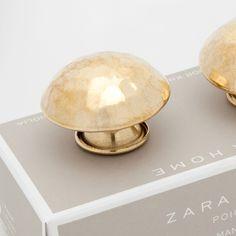 Für die hohe schmale Kommode im Gang ! GEHÄMMERTER KNAUF IN GOLD (DOPPELPACK) - Griffe - Dekoration | Zara Home Deutschland