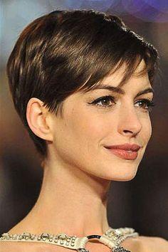 Tendance coiffure - Comme ANNE HATHAWAY, adoptez une coiffure courte pour une nouvelle tête fraîche et dans l'air du temps.