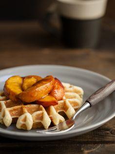 spelt waffles with cinnamon peaches [naturally ella] Yummy Waffles, Breakfast Waffles, Pancakes And Waffles, Breakfast Dishes, Breakfast Recipes, Spelt Recipes, Waffle Recipes, Brunch Recipes, Brunch Appetizers