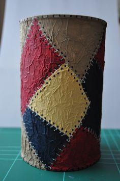 La técnica del falso cuero, realizado con papel de seda, la aprendí el año pasado y sólo la utilicé para confeccionar unos marcapáginas. Ah... Decoupage Glass, Decoupage Box, Decoupage Vintage, Clay Crafts, Paper Crafts, Cardboard Tube Crafts, Paper Vase, Wine Bottle Art, Bottle Painting