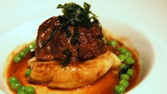 Guancia di manzo brasata all'Amarone con purea di sedano rapa: ricetta. http://winedharma.com/it/dharmag/marzo-2014/ricette-di-carne-guanciale-di-manzo-allamarone-con-purea-di-sedano-rapa