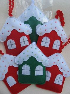 Risultati immagini per adornos navideños Handmade Christmas Decorations, Christmas Ornament Crafts, Felt Decorations, Christmas Sewing, Christmas Crafts For Kids, Felt Ornaments, Christmas Projects, Felt Crafts, Holiday Crafts