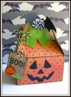 A cute pumpkin treat box by Sukie. She used one of our kraft gable boxes along with some Lime Licorice and Black Licorice Trendy Twines and a cute little Trendy Page Dot. Dulceros Halloween, Halloween Treat Boxes, Halloween Paper Crafts, Halloween Favors, Halloween Birthday, Halloween Projects, Halloween Cards, Holidays Halloween, Halloween Treats