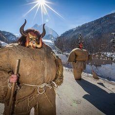 Carnaval d'Evolène : différentes créatures sortent dans les rues du village...  Facebook Valais-Community Swiss Switzerland, Canton, Camel, Rues, Europe, Animals, Facebook, Mardi Gras, Mascaras