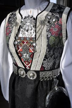 Norwegian 'bunad' folk costume from Hallingdal, based on Century design Rare Clothing, Viking Clothing, Folk Clothing, Traditional Fashion, Traditional Dresses, Norwegian Clothing, Scandinavian Embroidery, Norwegian Vikings, Scandinavian Fashion