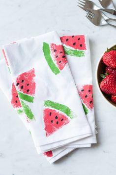 Hacer servilletas originales pintándolas con témperas para tela. Servilletas de sandias#diy