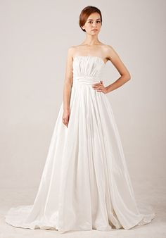 Beautiful Sleeveless with Natural waist wedding dress, it needs some pockets.