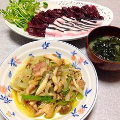 生鯨の赤身と皮のお刺身、 鶏野菜炒め、 ワカメのお味噌汁 です。 - 16件のもぐもぐ - 鯨の晩ご飯 by orieueki