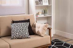 Sala de estar com sofá superconfortável, almofada geométrica, estante decorada, tapete moderno e persiana para dar aquele toque final!