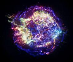Immagine del resto di supernova Cassiopea A, a 11 mila anni luce da noi, ripreso nei raggi X dal telescopio spaziale Chandra (A cura di Massimiliano Razzano - Nasa/Cxc/Sao)