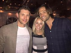 Jensen and Jared with a fan - Supernatural Convention, Supernatural Fans, Jensen And Misha, Jensen Ackles, Supernatural Pictures, Cw Series, Super Natural, Sam Winchester, Beautiful Family