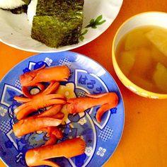 慌ただしい朝ご飯 - 50件のもぐもぐ - 鮭おにぎり&動物形ウインナー(ペンギン,カニ,タコ,チューリップ)&豆腐のお味噌汁 by mjuk