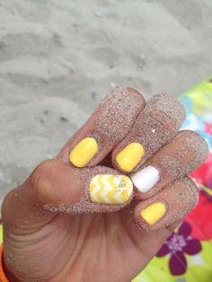 idée nail art en blanc et jaune et décoration chevron sur le pouce