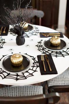 Halloween Dinner, Theme Halloween, Halloween Home Decor, Halloween Season, Holidays Halloween, Spooky Halloween, Halloween Signs, Halloween Table Settings, Halloween Table Decorations