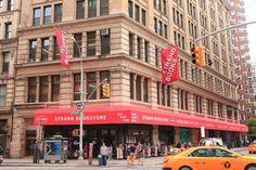 Referente para la historia cultural de Manhattan y punto de visita ineludible para lectores de todo el mundo, la librería se mantiene como negocio familiar y celebra su aniversario convertida en un ícono pop. Unas seis mil personas visitan el local cada día.