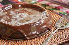 Мексиканский шоколадный торт без муки  Ингредиенты: 220 г сливочного масла 220 г горького шоколада, нарубить ¼ стакана какао-порошка 1 столовая ложка порошка чили ¼ чайной ложки соли 6 больших яиц, разделить 1 стакан сахара  Крем: 220 г горького шоколада 1/3 стакана жирных сливок