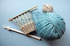 Suljettuun neuleeseen saat vaihtelua ja näyttävyyttä muutenkin kuin raidoilla tai kirjoneuleella. Tässä ohjeet kolmeen värikkääseen pintaneuleeseen Wool Socks, Knitting Socks, Knit Or Crochet, Diy Fashion, Mittens, Ravelry, Knitting Patterns, Hair Accessories, Sewing